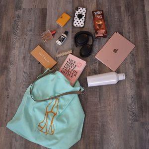 Een katoenen tas met goudkleurige print